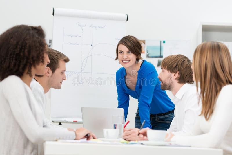 Onderneemster die een presentatie geeft aan haar team