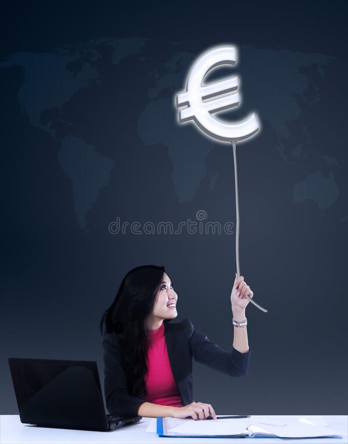 Onderneemster die euro winst krijgen stock foto