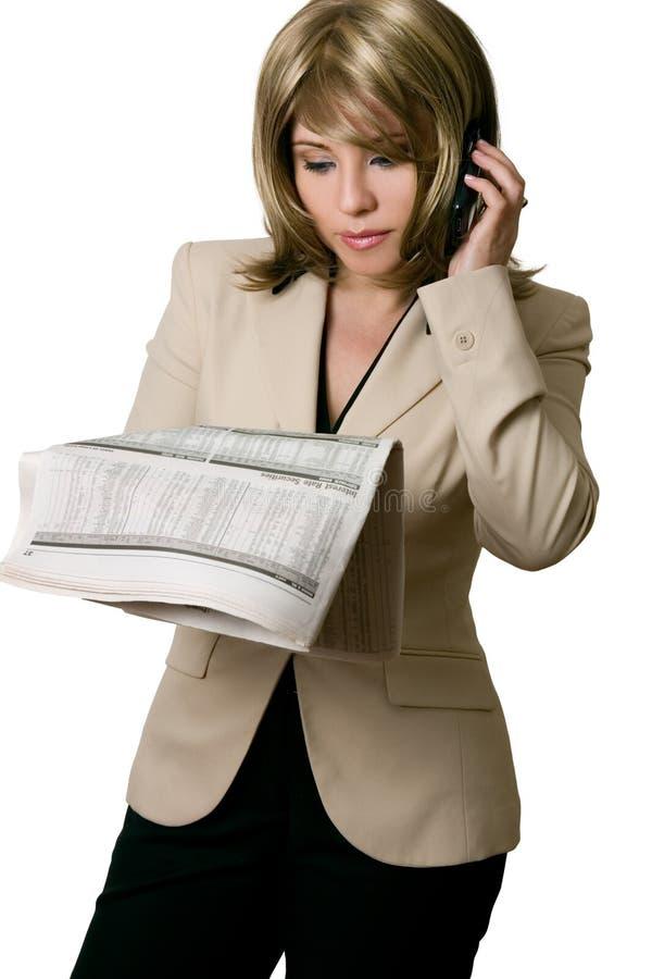 Onderneemster die Financieel nieuws leest stock foto