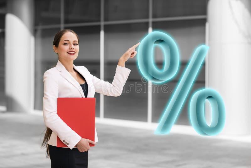 Onderneemster die grote virtuele percenten duwen stock foto