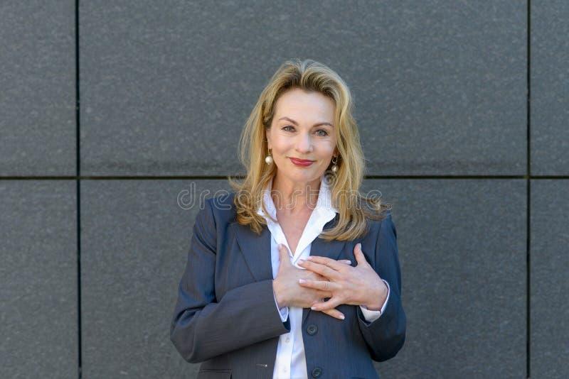 Onderneemster die haar diepe dankbaarheid tonen stock fotografie