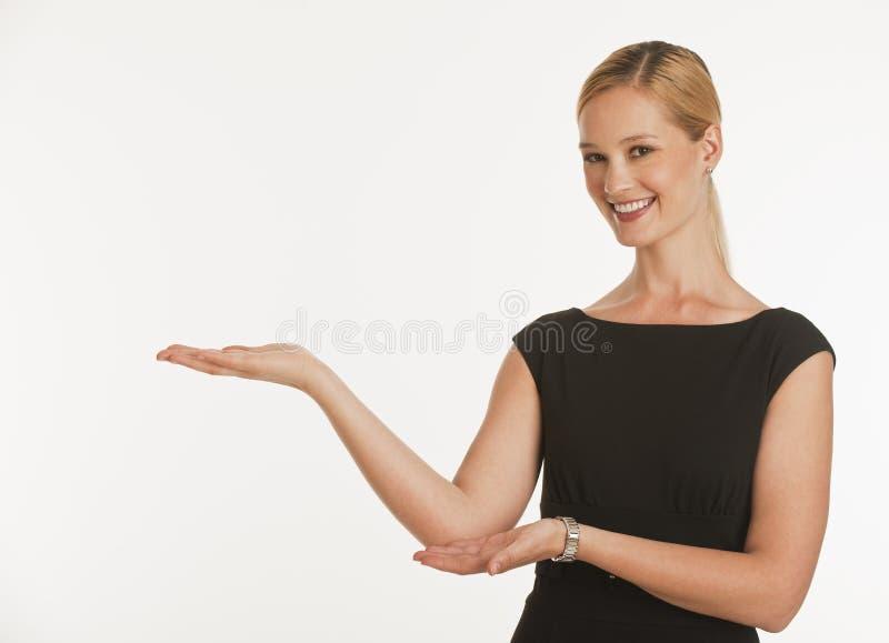 Onderneemster die handen voor exemplaarruimte steunt royalty-vrije stock afbeelding