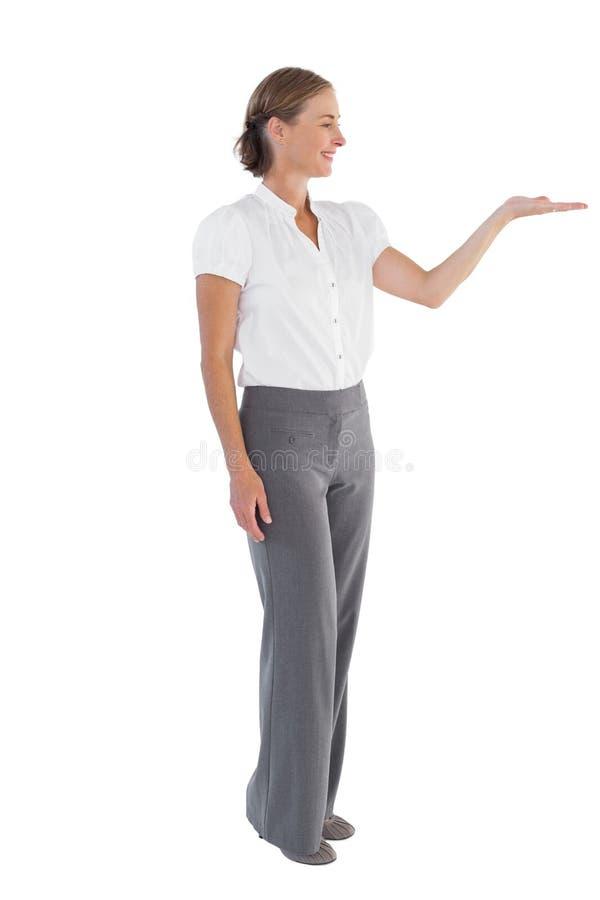 Onderneemster die iets met haar hand voorstellen stock foto's
