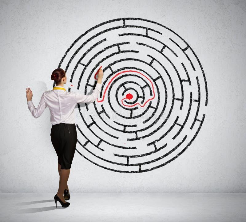 Onderneemster die labyrintprobleem oplossen royalty-vrije stock afbeelding