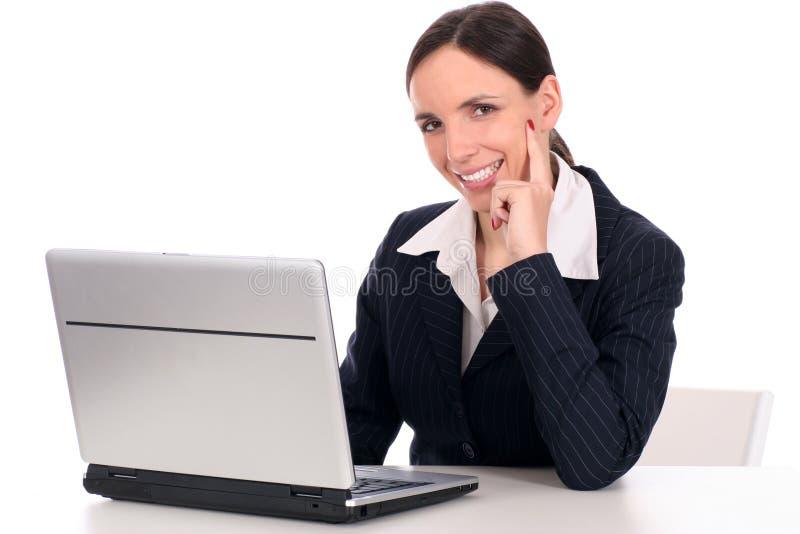 Onderneemster die laptop met behulp van royalty-vrije stock afbeelding
