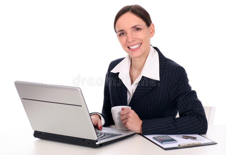Onderneemster die laptop met behulp van stock foto