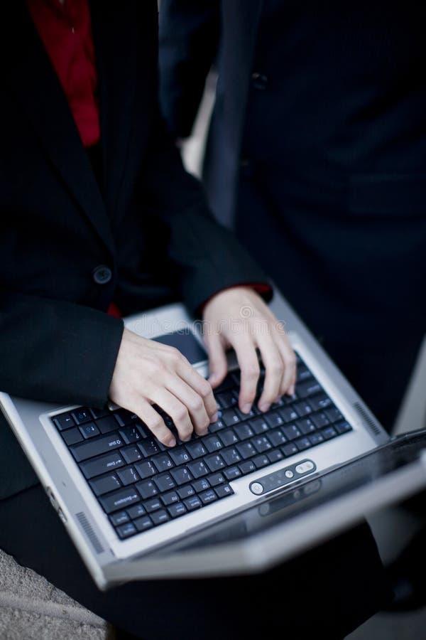 Onderneemster die laptop met behulp van stock fotografie