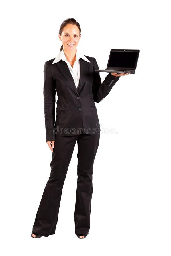 Onderneemster die laptop voorstelt stock afbeelding
