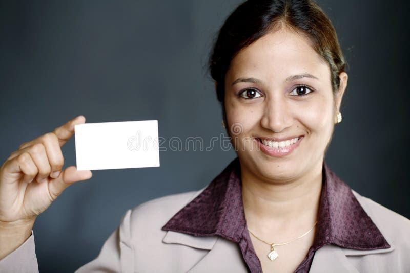Onderneemster die leeg adreskaartje houdt royalty-vrije stock afbeeldingen