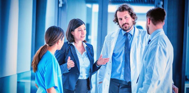 Onderneemster die met artsen spreken stock afbeeldingen