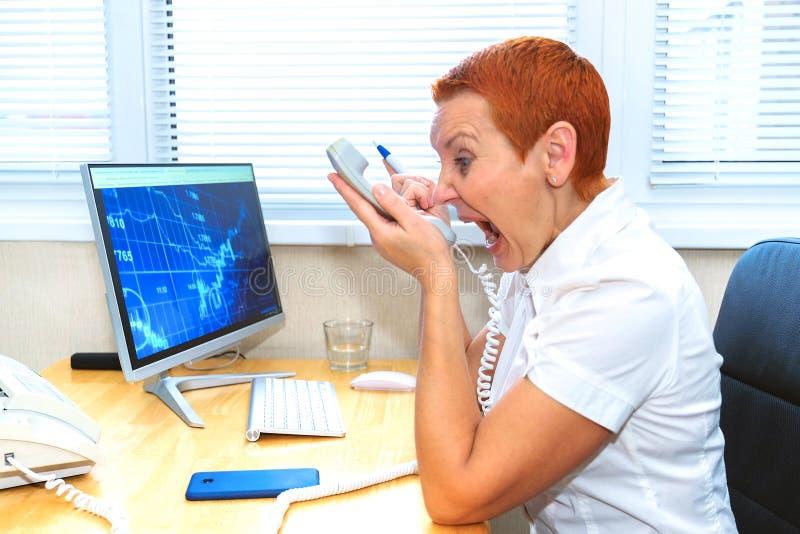Onderneemster die met een cli?nt op de telefoon debatteren Meningsverschillen, misverstanden Spanning, schandaal stock fotografie