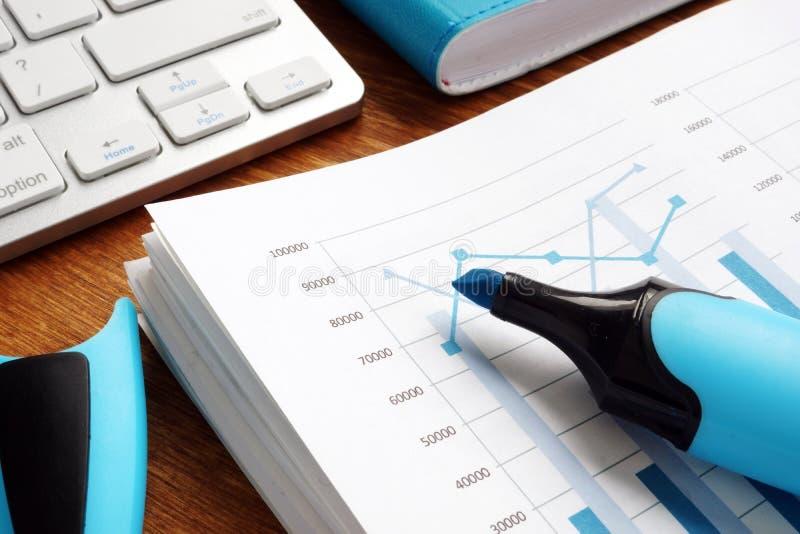 Onderneemster die met financiële rapporten werkt Stapel van bedrijfsdocumenten met grafieken stock fotografie