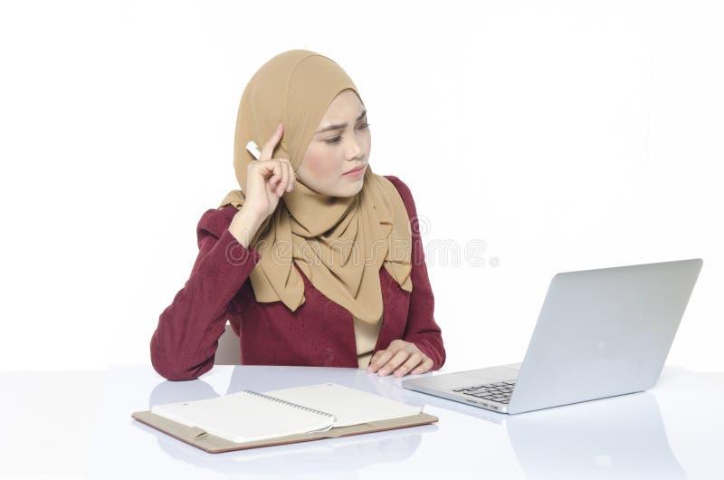 onderneemster die met hijab voor bedrijfsstrategie denken royalty-vrije stock fotografie
