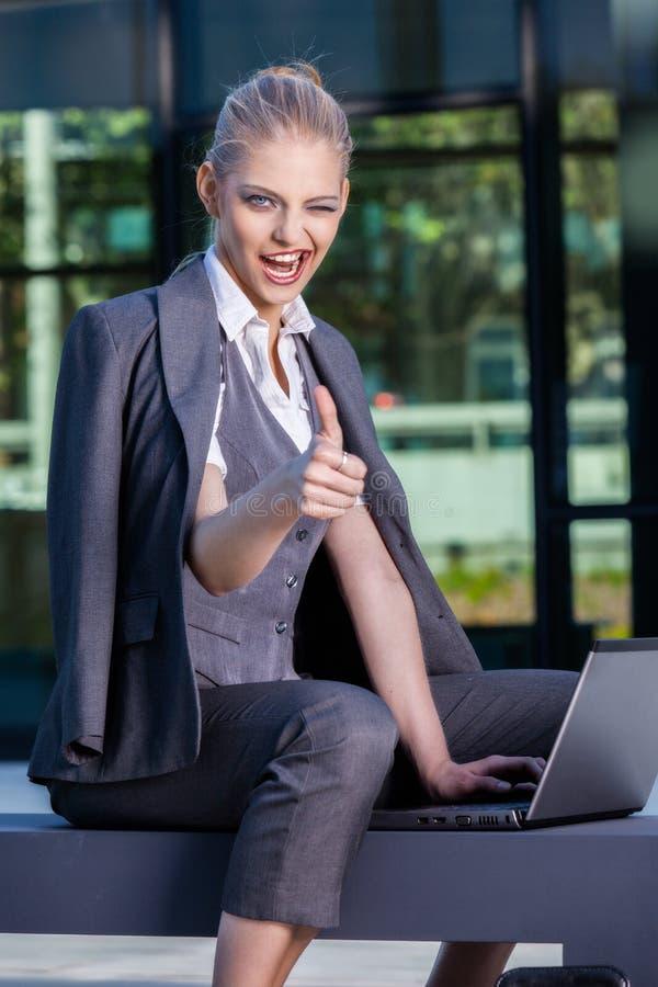 Onderneemster die met openlucht laptop werken stock foto