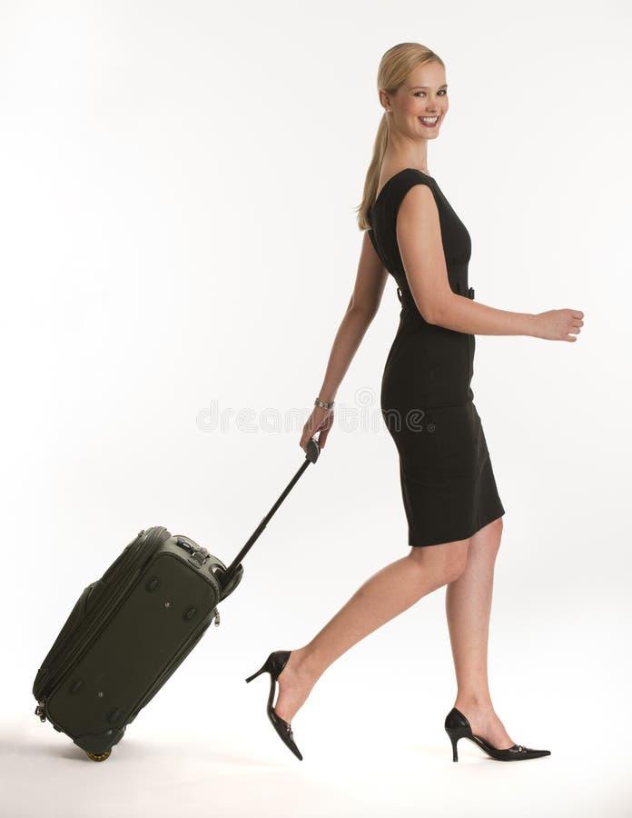 Onderneemster die met rollende koffer reist royalty-vrije stock afbeeldingen