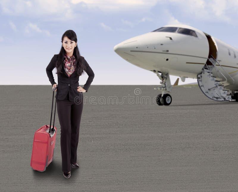 Onderneemster die met vliegtuig reizen royalty-vrije stock afbeelding