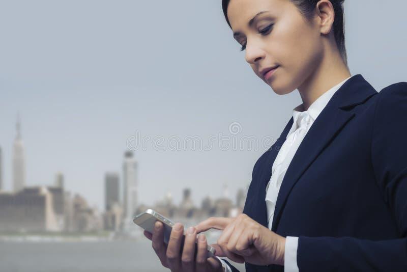 Onderneemster die mobiele telefoon met behulp van royalty-vrije stock afbeelding