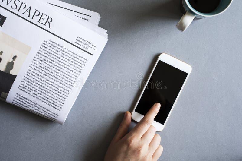 Onderneemster die mobiele telefoon op bureau met behulp van royalty-vrije stock afbeeldingen