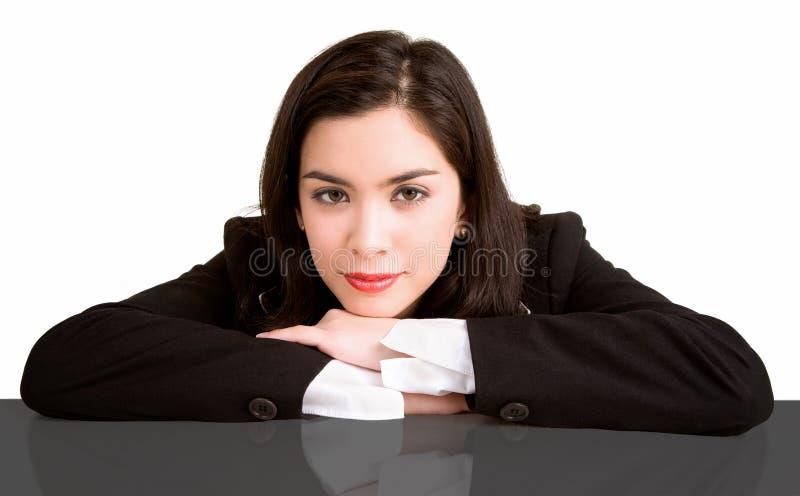 Onderneemster die op haar Bureau rust stock afbeelding