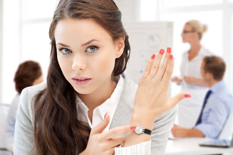 Onderneemster die op haar horloge richten stock afbeeldingen