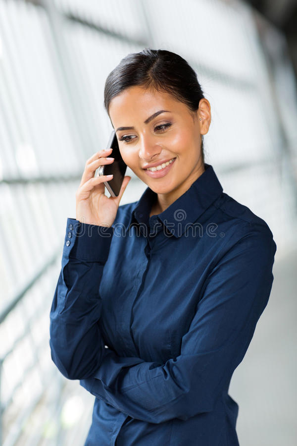Download Onderneemster Die Op Slimme Telefoon Spreken Stock Afbeelding - Afbeelding bestaande uit businesswoman, calling: 39106801