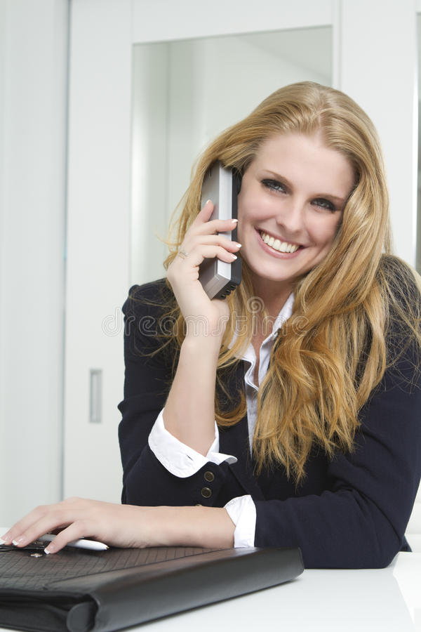 Onderneemster die op telefoon spreekt royalty-vrije stock foto
