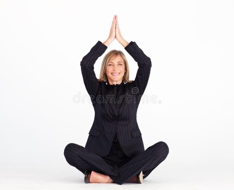 Onderneemster die op vloer rust die yoga doet stock afbeeldingen