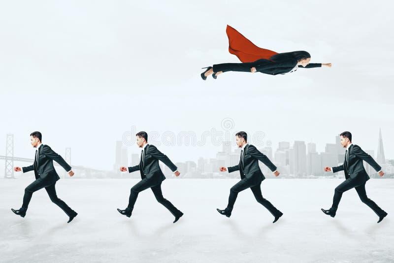 Onderneemster die over zakenlieden vliegen stock foto