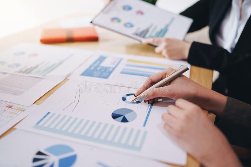 Onderneemster die pen op bedrijfsdocument richten op vergaderzaal Bespreking en analysegegevensgrafieken en grafieken die de resu royalty-vrije stock foto