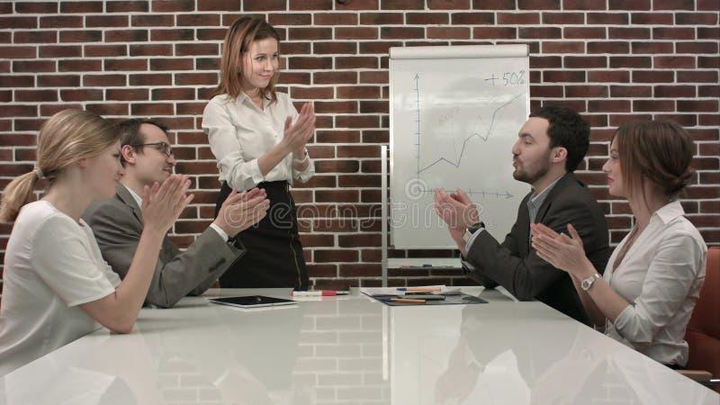 Onderneemster die presentatie op flipchart geven Commerciële vergadering in het bureau stock afbeeldingen