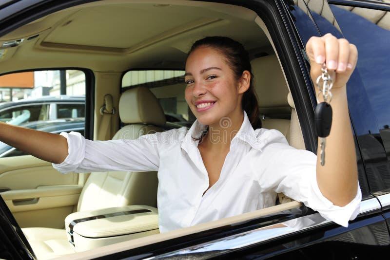 Onderneemster die sleutels van nieuwe auto toont stock foto