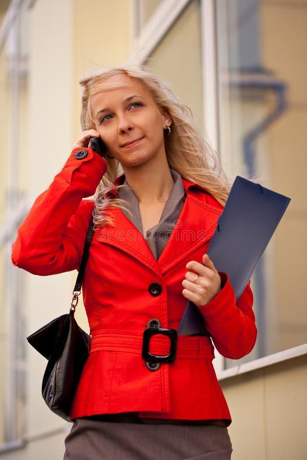 Onderneemster die telefonisch roept Vrouw die een baan zoeken stock afbeelding