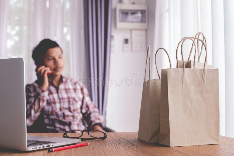 Onderneemster die telefoon voor online het winkelen met behulp van stock afbeeldingen