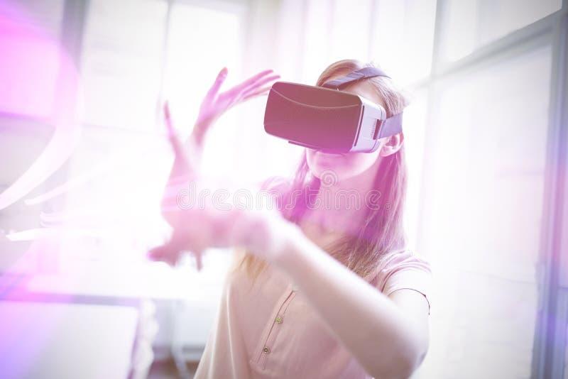 Onderneemster die virtuele glazen houden vector illustratie