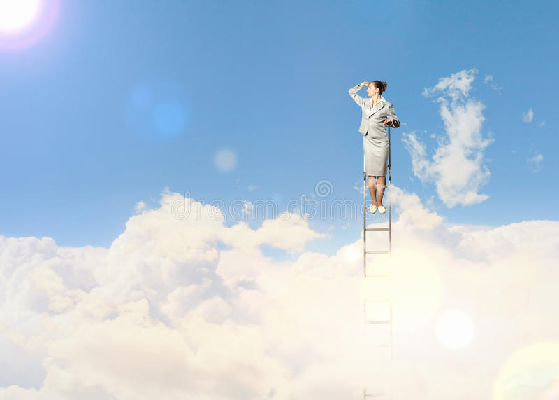 Onderneemster die zich op ladder bevinden royalty-vrije stock fotografie