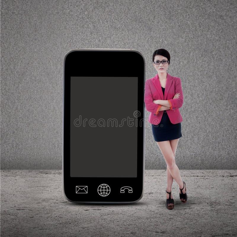 Onderneemster en smartphone op grijs royalty-vrije stock foto