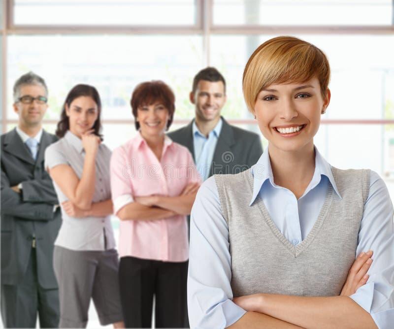 Onderneemster en team van gelukkig zakenlui stock afbeeldingen