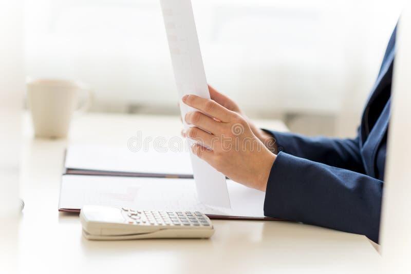 Onderneemster Filling Documents in haar Witte Worktable stock fotografie