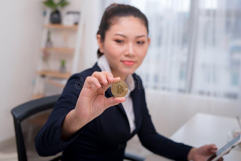 Onderneemster Holding Bitcoin in bureau, Digitale Geld en Bitco stock afbeelding