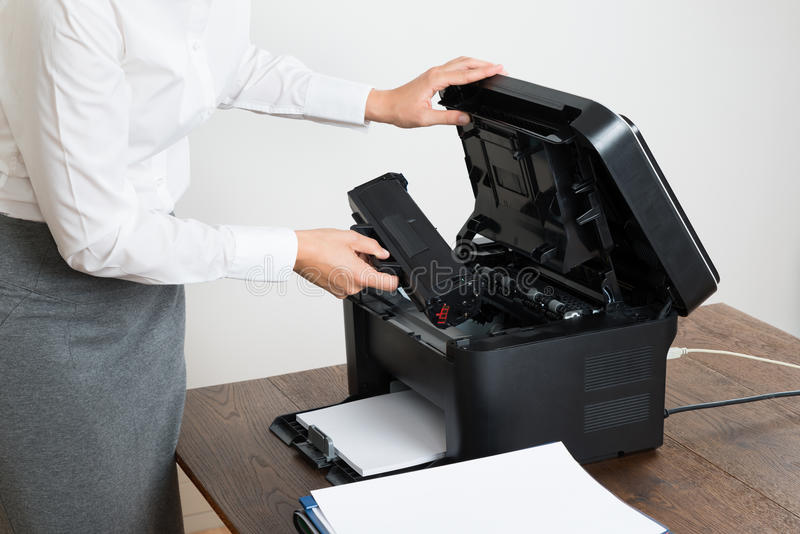 Onderneemster Inserting Laser Cartridge in Printer royalty-vrije stock foto's