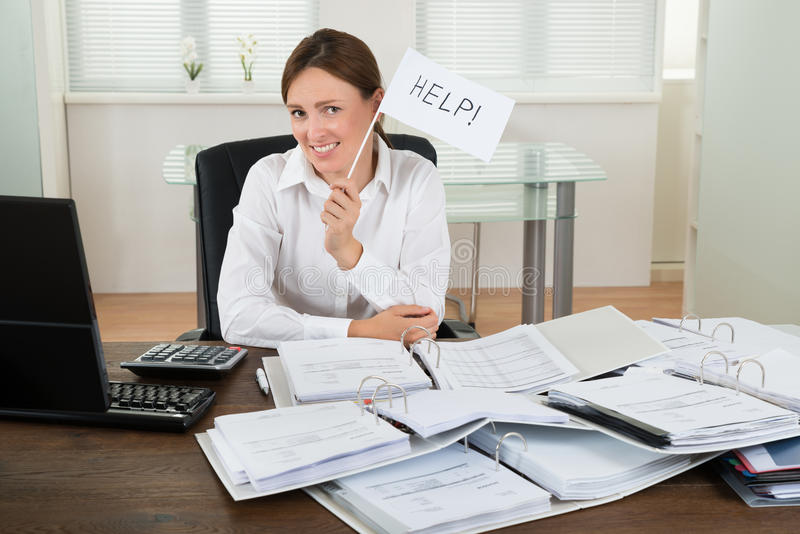 Onderneemster With Invoices Asking voor Hulp stock afbeelding