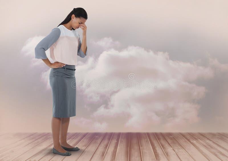 Onderneemster kijken die die met wolken wordt teleurgesteld en beneden royalty-vrije stock fotografie