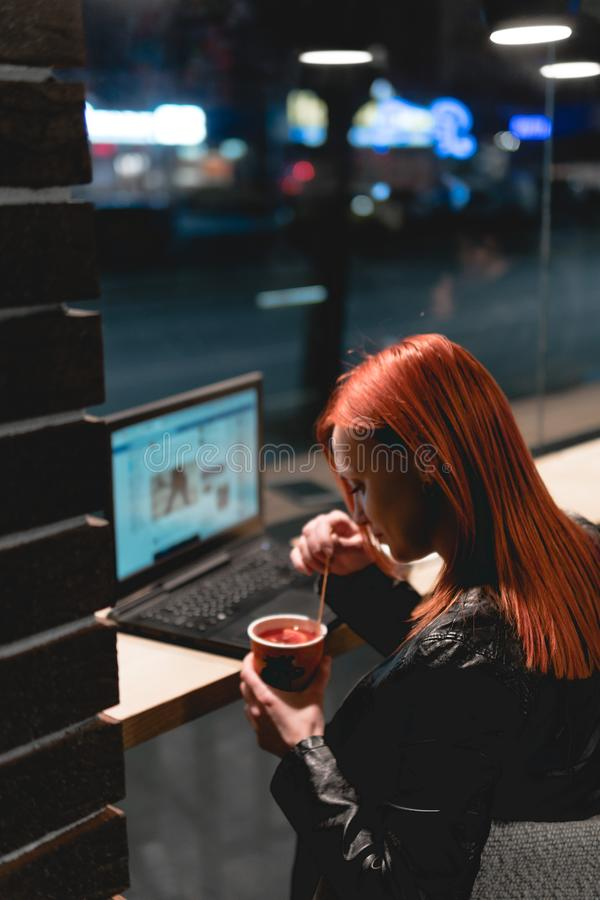 Onderneemster, meisje die aan laptop in koffie, smartphone, pen, gebruikscomputer werken Freelancer werkt ver Online op de markt  royalty-vrije stock foto