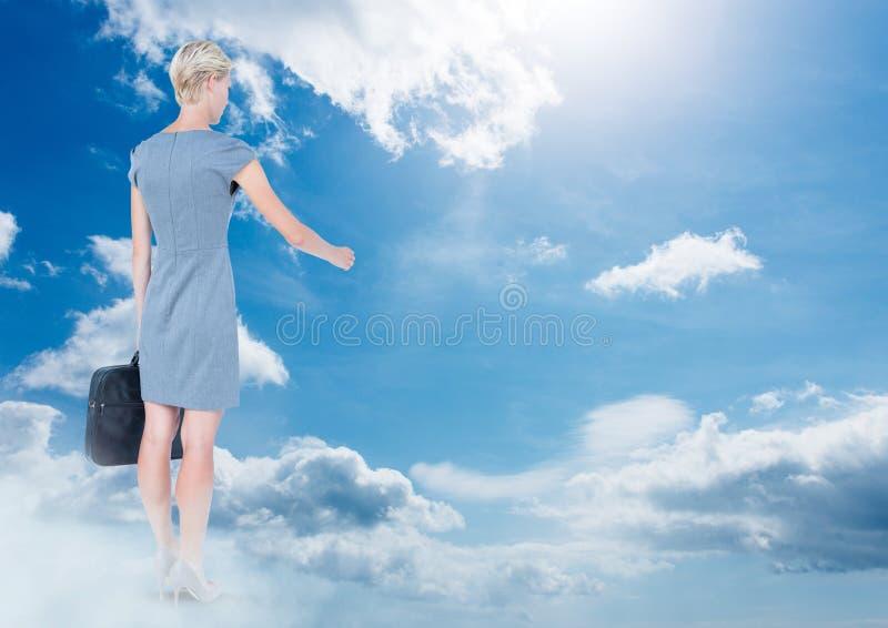 Onderneemster met aktentas in hemel stock afbeeldingen