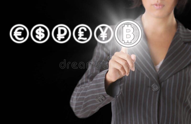 Onderneemster met Bitcoin-symbool Het concept van Blockchainoverdrachten royalty-vrije stock foto's