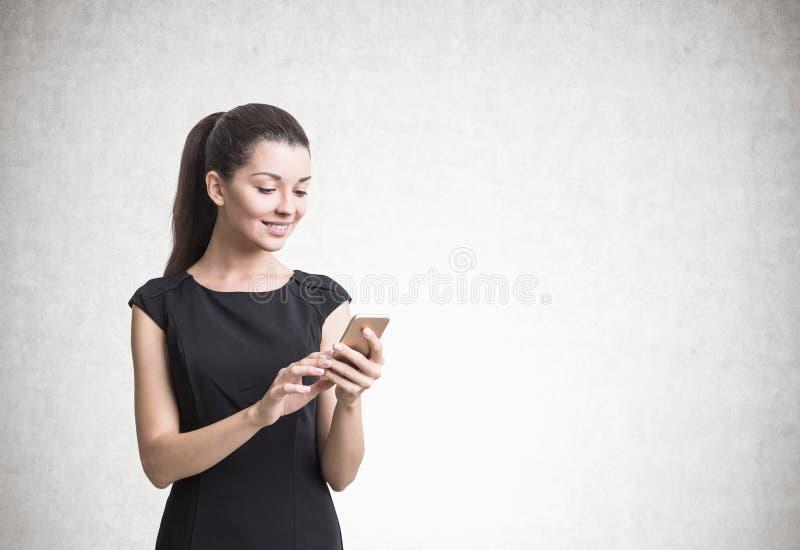 Onderneemster met een concrete smartphone, royalty-vrije stock afbeeldingen