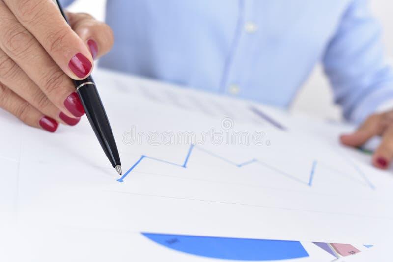 Onderneemster met een grafiek met een stijgende lijn royalty-vrije stock foto