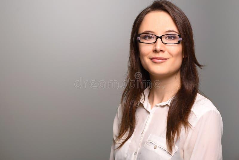 Onderneemster met een vriendschappelijke uitdrukking stock fotografie