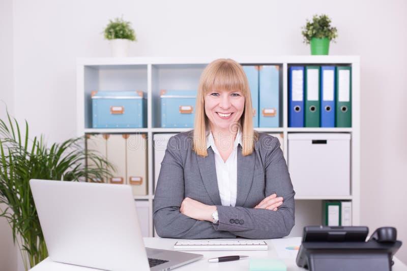 Onderneemster met gelukkige emoties op het werk op het kantoor stock foto
