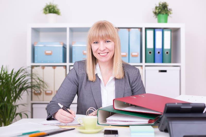 Onderneemster met gelukkige emoties op het werk op het kantoor stock foto's